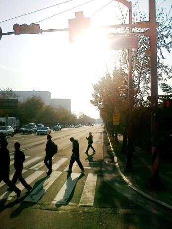 Siluet orang berjalan menyebrang jalan