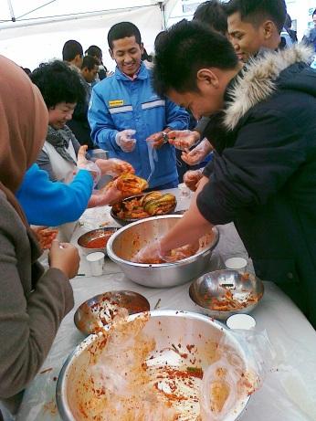 Waktu belajar buat kimchi, makanan khas Korea